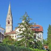 Die Pfarrkirche mit dem höchsten gemauerten Kirchturm Tirols von rund 86 m