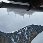 D-5374-dach-mit-eiszapfen-schnee-winter.jpg