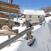 D-6402-wegweiser-bei-pramajur-praemajur-hoefe-hotel-watles-winter.jpg