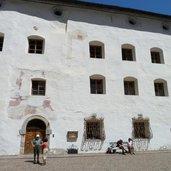 D-9486-kloster-marienberg-innenhof.jpg