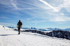 wandern dolomiten panorama person winter